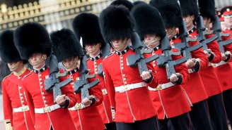 A Member Of The Queen's Guard Gave This Annoying Tourist The Scolding He Deserved