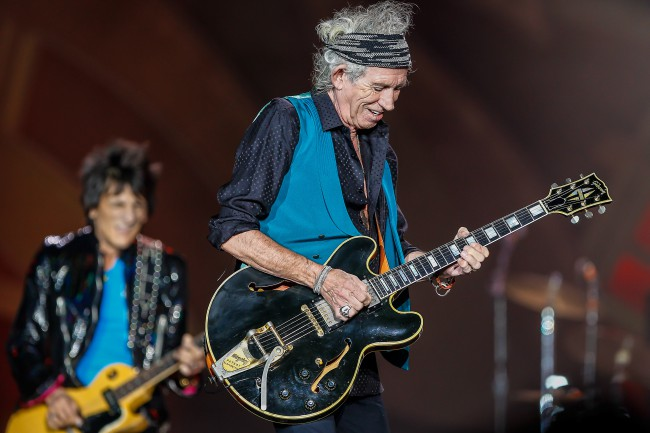 keith-richards-still-smokes-joints INDIANAPOLIS, IN - JUL 04: Keith Richards of the Rolling Stones performs at the Indianapolis Motor Speedway on July 4, 2015 in Indianapolis, Indiana. (Photo by Michael Hickey/Getty Images) *** Local Caption *** Keith Richards