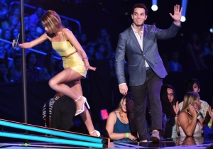 Watch Sarah Hyland Of 'Modern Family' Trip And Drop The F-Bomb At The Teen Choice Awards