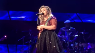 Kelly Clarkson Covered 'Purple Rain' And It's All You Need To See Today