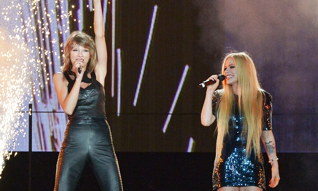 Watch Taylor Swift Performs Complicated With Avril Lavigne