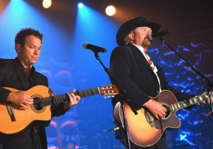 Toby Keith Broke Down On Stage While Honoring A 93-Year-Old 'True American Hero'