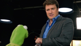 Nathan Fillion Has Eyes For Miss Piggy In The New Promos For 'The Muppets'