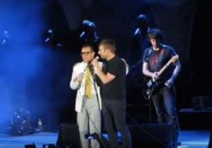 Blur And Fred Armisen Joined Forces For A Performance Of 'Parklife'