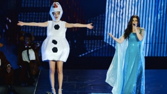 Taylor Swift Dressed Like A 'Frozen' Character And Sang 'Let It Go' With Idina Menzel