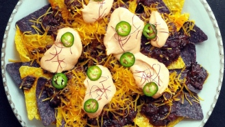 Be Ready For Super Bowl Sunday With These Gochujang Chili Cheese Nachos
