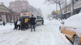 New Yorkers Show #Blizzard2016 Solidarity By Coming Together For A Stuck Ambulance
