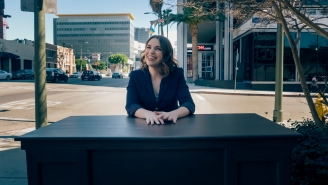 Comedian Beth Stelling Smears Both Sexes Equally In Season Premiere Of 'The Desk'