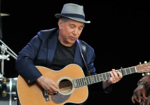 Watch Paul Simon Break The News Of Muhammad Ali's Death While Performing 'The Boxer'
