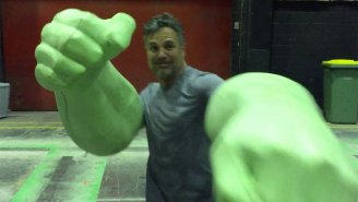 Mark Ruffalo dons giant Hulk hands on 'Thor: Ragnarok' set and steals your heart