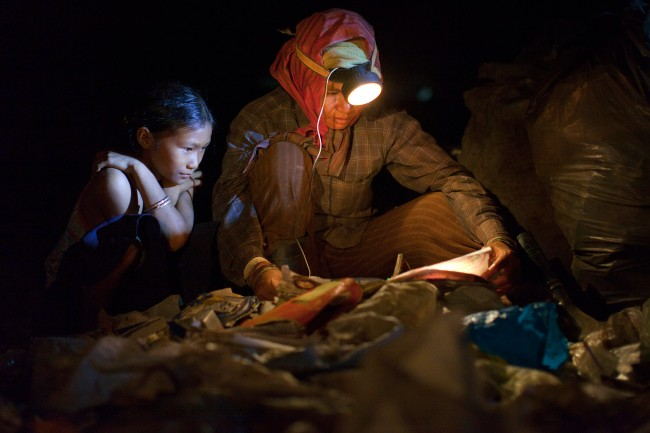 KHM: Amid Extreme Poverty, Cambodian Garbage Pickers Work Into The Night