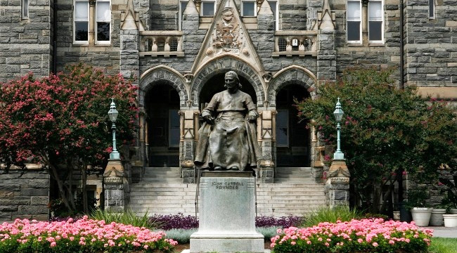 georgetown-statue