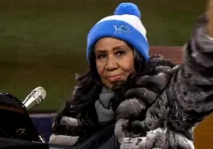 Aretha Franklin's Super Sized National Anthem Gave Fans Plenty Of Time For Great Reactions