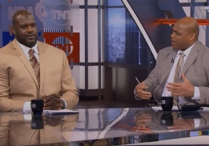 Ernie Johnson Was Bored During Shaq And Charles Barkley's Chicken Wing Fight