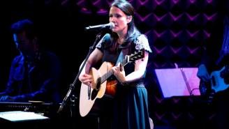 Watch Grammy-Winning Tim McGraw Songwriter Lori McKenna Perform 'Humble And Kind' On 'Colbert'