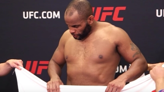 A Fighter Shows Just How Easy It Was For Daniel Cormier To Lose Weight By Grabbing A Towel At UFC 210