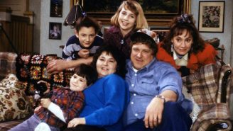 Seeing The 'Roseanne' Revival Cast Hanging Out On The Couch In 2017 Really Makes This Comeback Feel Real