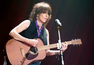 Rock Legend Chrissie Hynde Cursed Out Fans For Taking Photos/Video With Their Phones, Then Stormed Off Stage