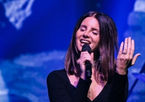 Lana Del Rey Performed A Lovely Acoustic Leonard Cohen Song With His Son At A Memorial Concert