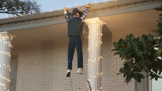 A Man Called 911 Trying To Save A Fake Clark Griswold Hanging From A 'Christmas Vacation' Lights Display