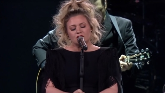 Kelly Clarkson Performed A Stunning Cover Of Brandi Carlile's 'The Joke' On Tour