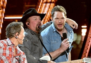 Chris Pratt Channeled Andy Dwyer And Performed With Garth Brooks At The iHeartRadio Music Awards