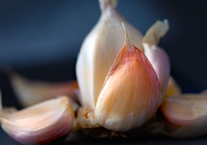 A Simple Kitchen Hack Has People Freaking Hyped About Peeling Garlic